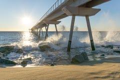 在日出的海桥梁与岩石 免版税库存照片