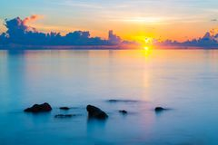 在日出的海洋 免版税库存照片