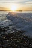 在日出的海浪与维特纳码头,维特纳,加利福尼亚,美国 免版税库存照片