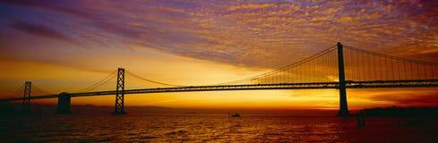 在日出的海湾桥梁 免版税图库摄影