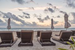在日出的海滩睡椅 免版税图库摄影