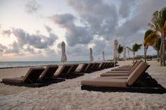 在日出的海滩睡椅 免版税库存图片