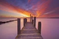 在日出的海边跳船在特塞尔海岛,荷兰上 免版税库存照片