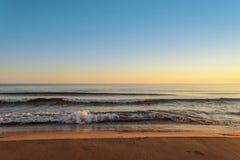 在日出的海洋海岸 库存照片