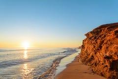 在日出的海洋海岸 免版税库存照片
