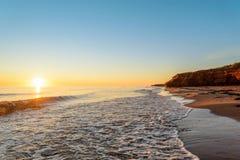 在日出的海洋海岸 免版税图库摄影