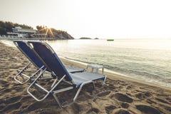 在日出的海滩睡椅 图库摄影