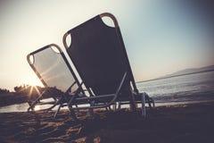 在日出的海滩睡椅 库存照片