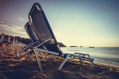 在日出的海滩睡椅 免版税库存照片