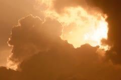 在日出的深黄多云天空 库存照片
