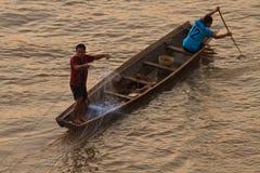 在日出的渔夫投掷的网 免版税库存照片