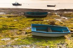 在日出的渔船处于低潮中在出海口 图库摄影