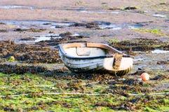 在日出的渔船处于低潮中在出海口 免版税库存照片
