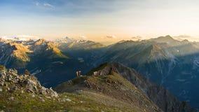 在日出的温暖的光在山峰、土坎和谷 图库摄影