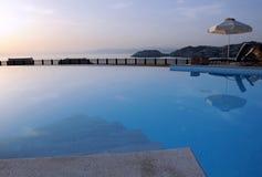 在日出的游泳池 免版税库存照片