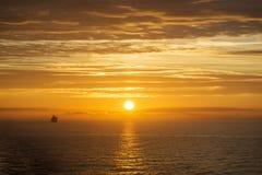 在日出的游轮 免版税库存图片
