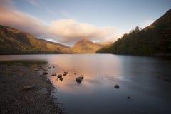 在日出的湖视图 免版税图库摄影