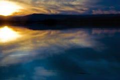 在日出的湖 库存照片