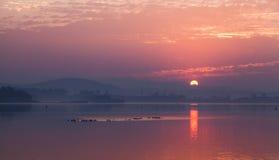 在日出的湖 免版税库存图片