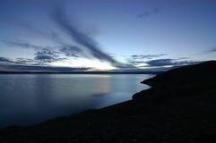 在日出的湖namtso 免版税库存图片