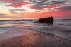在日出的潮汐流在Turimetta礁石 免版税库存照片