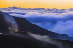 在日出的火山爆发在雷乌尼翁冰岛 免版税库存照片