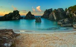 在日出的热带小海湾 库存图片