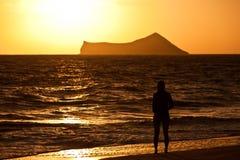 在日出的热带海滩 免版税图库摄影