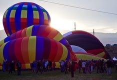在日出的热空气气球在亚伯科基气球节日 图库摄影