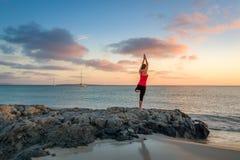 在日出的瑜伽 免版税库存照片