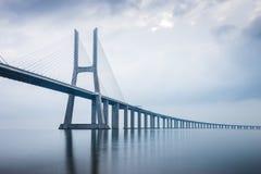 在日出的瓦斯科・达伽马桥梁在里斯本,葡萄牙 长期他 免版税库存图片