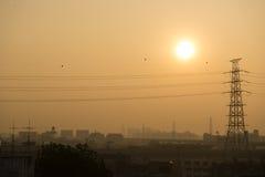 在日出的电传输塔 免版税图库摄影