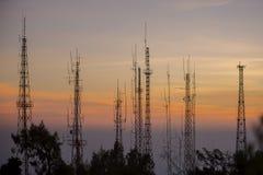 在日出的电信塔 免版税库存图片