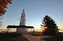 在日出的白色砖灯塔 库存照片