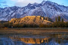 在日出的石头城市在秋天,Taxkorgan 库存图片