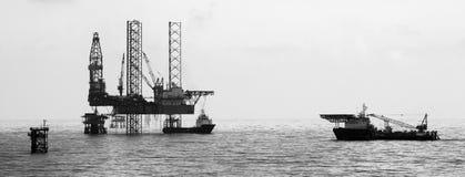 在日出的石油平台 免版税图库摄影