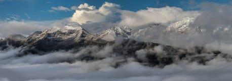 在日出的积雪的山上面 大高加索山脉 免版税库存图片