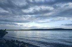 在日出的绿色湖 库存图片
