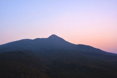 在日出的缅甸山从Popa的顶端在Bagan,缅甸登上 库存图片