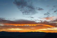 在日出的美丽的山 免版税库存照片