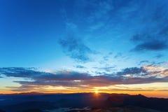 在日出的美丽的山 库存图片
