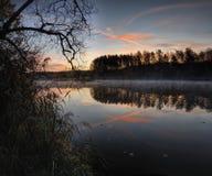 在日出的美丽的湖 免版税库存照片