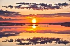 在日出的美丽的湖 免版税库存图片