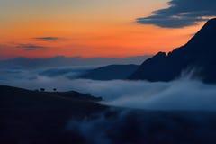 在日出的美好的山风景在晨曲,罗马尼亚 免版税库存图片
