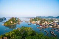 在日出的美好的海风景在下龙湾,越南 库存照片