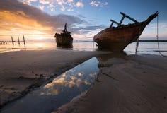 在日出的老被击毁的船 图库摄影