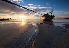在日出的老被击毁的船 免版税库存照片