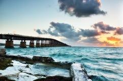 在日出的老巴伊亚本田铁路桥梁 库存照片