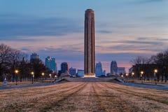 在日出的自由纪念塔 免版税库存图片
