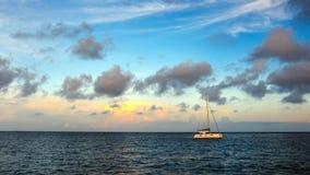 在日出的航行游艇 免版税库存图片